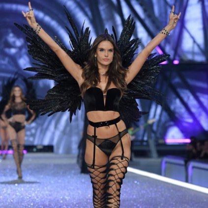 alessandra-ambrosio-victoria-secret-fashion-show-2016