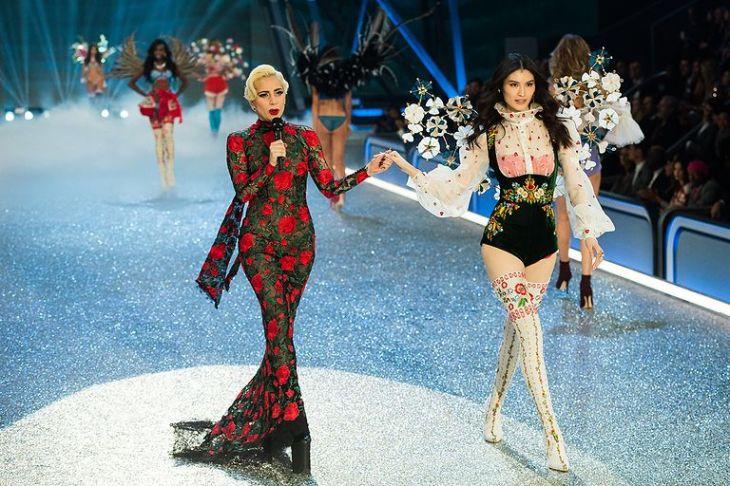 lady-gaga-sui-he-2016-victorias-secret-fashion-show-in-paris-show