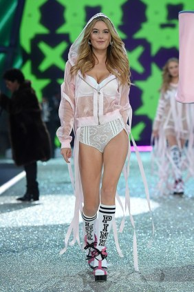 victorias-secret-fashion-show-2016-paris-camille-rowe